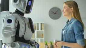 Nettes Mädchen, das mit Robotermaschine plaudert stock footage