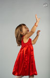 Nettes Mädchen, das mit Seifenluftblasen spielt Lizenzfreies Stockfoto