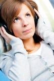 Nettes Mädchen, das Musik hört. Augen öffnen sich Stockfotos