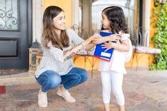 Nettes Mädchen, das nach Hause für ihren ersten Tag zum Kindergarten verlässt stockfotos