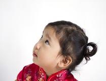 Nettes Mädchen, das roten Chineseanzug trägt Stockbilder