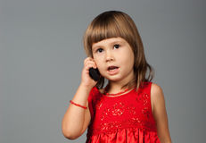 Nettes Mädchen, das am Telefon nimmt Lizenzfreie Stockfotos