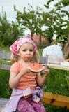 Nettes Mädchen, das Wassermelone isst Lizenzfreies Stockfoto