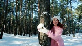 Nettes Mädchen, das in Winterwald, eine Frau mit dem roten Haar, herum laufend in den Schnee geht stock video footage