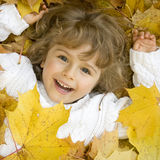 Nettes Mädchen in den Herbstblättern Stockfotos