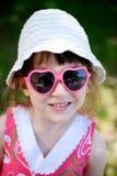 Nettes Mädchen in den Sonnegläsern Stockfotos