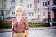 Nettes Mädchen an der europäischen Straße stockfotos