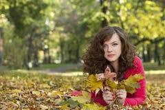 Nettes Mädchen der Herbstjahreszeit stockbilder