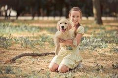 Nettes Mädchen des jungen jugendlich der reizenden Szene des Retrieverwelpen, das Sommerzeitferien mit Labrador-Welpen des Elfenb stockbilder