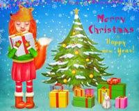 Nettes Mädchen des roten Fuchses, das Geschenkbox und Stellung nahe Weihnachtsbaum mit Geschenken hält lizenzfreie abbildung