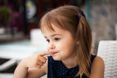 Nettes Mädchen in einem Café, das geschmackvollen Nachtisch versucht stockfotos