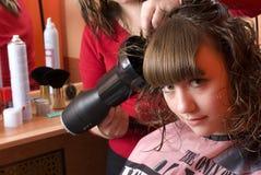 Nettes Mädchen in einem Frisurensalon stockfotografie