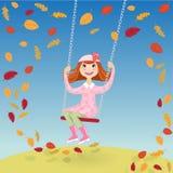 Nettes Mädchen in einem rosa Mantel, der auf einem Schwingen schwingt Lizenzfreies Stockbild