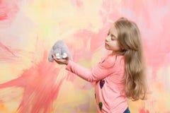 Nettes Mädchen, glückliches kleines Kind mit dem gelockten Haar, Kaninchenspielzeug Lizenzfreie Stockfotografie