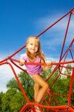Nettes Mädchen hält Seil und steht auf ihm im Park Lizenzfreie Stockfotografie