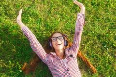 Nettes Mädchen-hörende Musik-und Erhöhungs-Hände oben lizenzfreies stockfoto