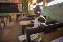 Nettes Mädchen an ihrer Schule in Afrika Stockfotografie