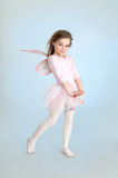 Nettes Mädchen im feenhaften Kostüm, das im Studio aufwirft Stockfoto