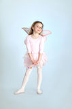 Nettes Mädchen im feenhaften Kostüm, das im Studio aufwirft Stockbild