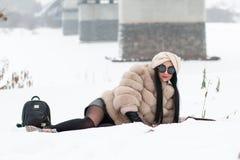 Nettes Mädchen im Freien in einem Winter Stockfotografie