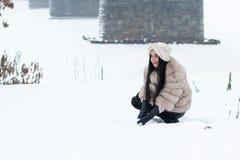 Nettes Mädchen im Freien in einem Winter Stockbilder