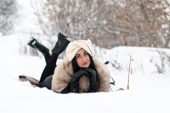 Nettes Mädchen im Freien in einem Winter Lizenzfreie Stockfotografie