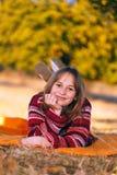 Nettes Mädchen im Herbst, draußen legend stockbild