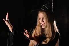 Nettes Mädchen im Hexenkostüm stockfotografie