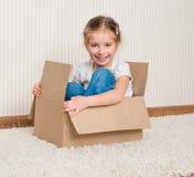 Mädchen innerhalb eines Kastens Stockbilder