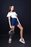 Nettes Mädchen Jugend mit dem langen Haar, das Studionaturporträt aufwirft Stockfoto