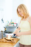 Nettes Mädchen-Kochen Stockbild