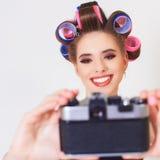 Nettes Mädchen machen ein foto selfie an der Weinlesekamera Stockbild