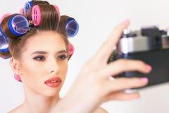 Nettes Mädchen machen ein Foto selfie an der Weinlesekamera Lizenzfreies Stockbild
