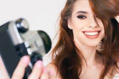 Nettes Mädchen machen ein foto selfie an der Weinlesekamera Stockfoto