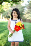 Nettes Mädchen mit Blumen Stockfotografie