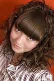Nettes Mädchen mit dem lockigen Haar lizenzfreies stockbild