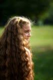 Nettes Mädchen mit dem sehr langen Haar lizenzfreie stockfotografie