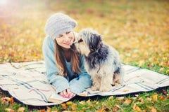 Nettes Mädchen mit einem Hund im Park Stockfotografie