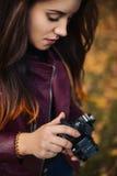Nettes Mädchen mit einer Kamera in der Hand Stockfotos