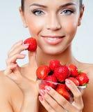 Nettes Mädchen mit Erdbeeren Lizenzfreie Stockbilder