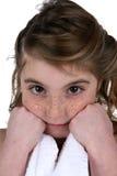 Nettes Mädchen mit Freckles mit dem Gesicht, das auf Fäusten stillsteht lizenzfreie stockfotos