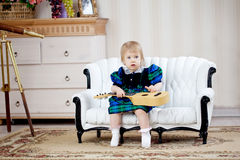 Nettes Mädchen mit Gitarre Stockfotos