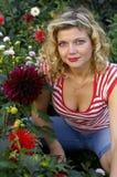 Nettes Mädchen mit herrlicher Dahlieblume Stockfotos