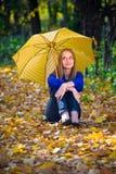 Nettes Mädchen mit Regenschirm Stockfotografie