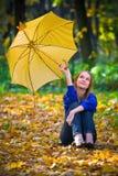 Nettes Mädchen mit Regenschirm Stockfotos