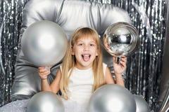 Nettes Mädchen mit silbernen Weihnachtsbällen stockfotografie