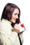 Nettes Mädchen mit Tasse Tee beim Studiolächeln lizenzfreies stockfoto