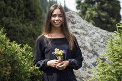 Nettes Mädchen mit Wildflowers Lizenzfreie Stockfotos