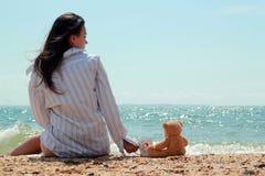 Nettes Mädchen nahe dem Meer lizenzfreies stockfoto