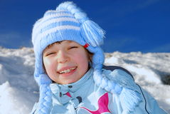 Nettes Mädchen oben zusammengerollt für Kälte lizenzfreies stockbild